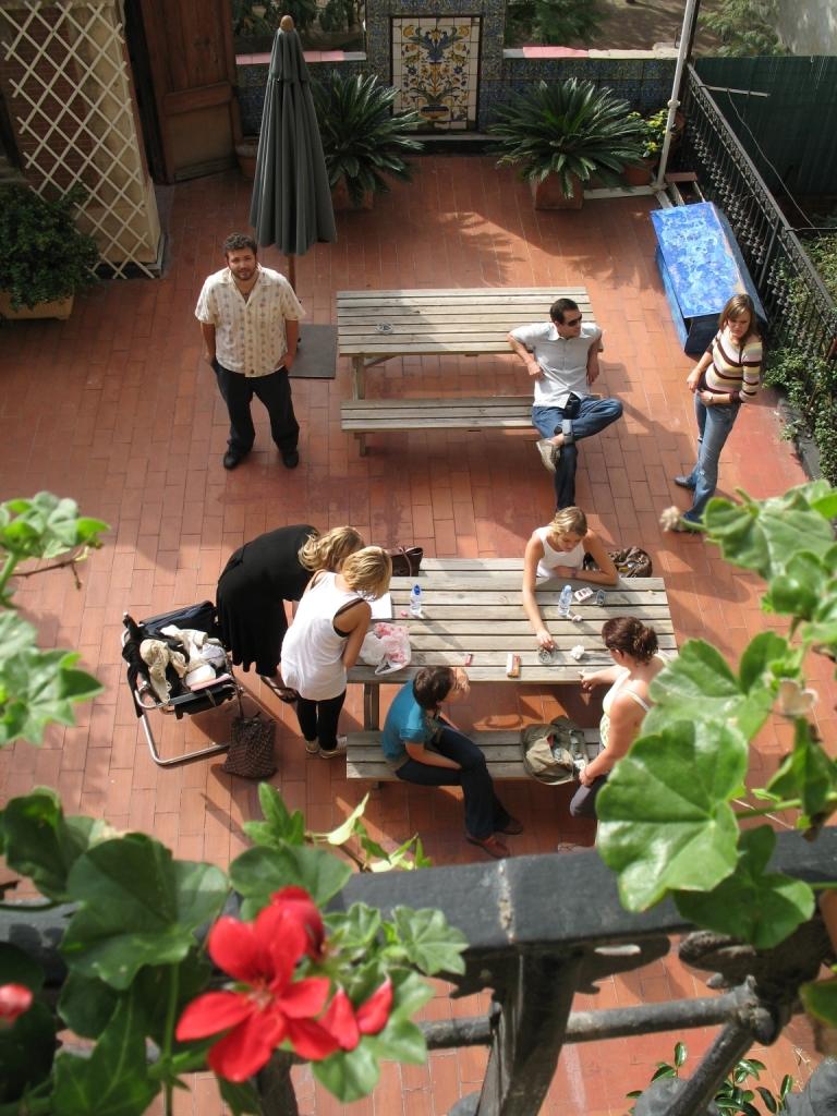 課後同學們的活動空間,晒晒太陽聊聊天~~
