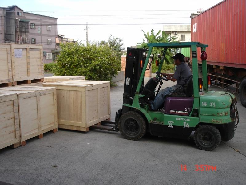 貨櫃卸貨/操作堆高機