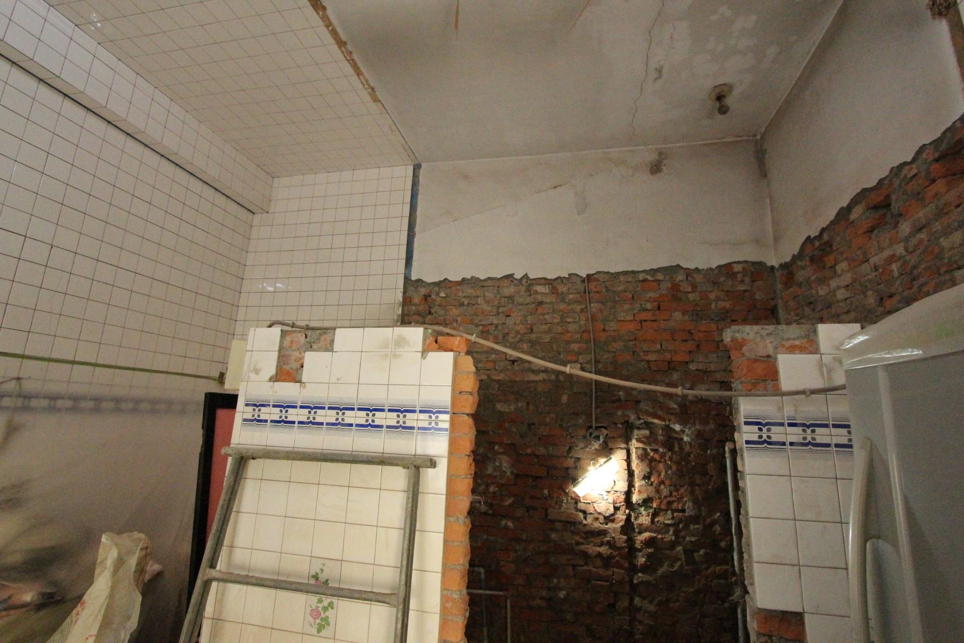 浴室牆壁拆除後1