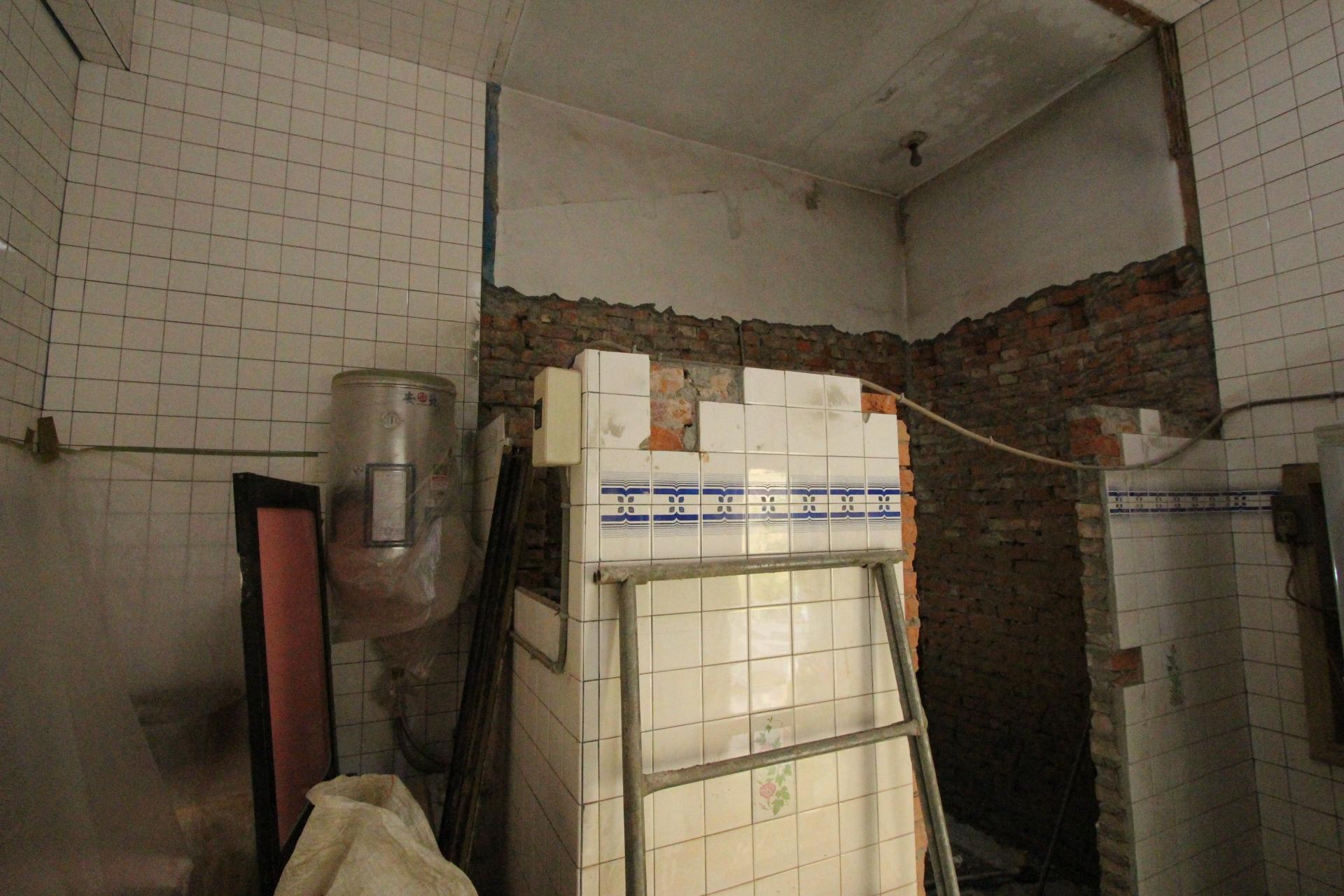 浴室牆壁拆除後2