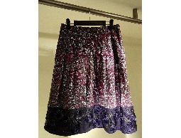 Tonlin彤綾精品~不撞衫~銀蔥紫紅植絨印花剪接摺裙