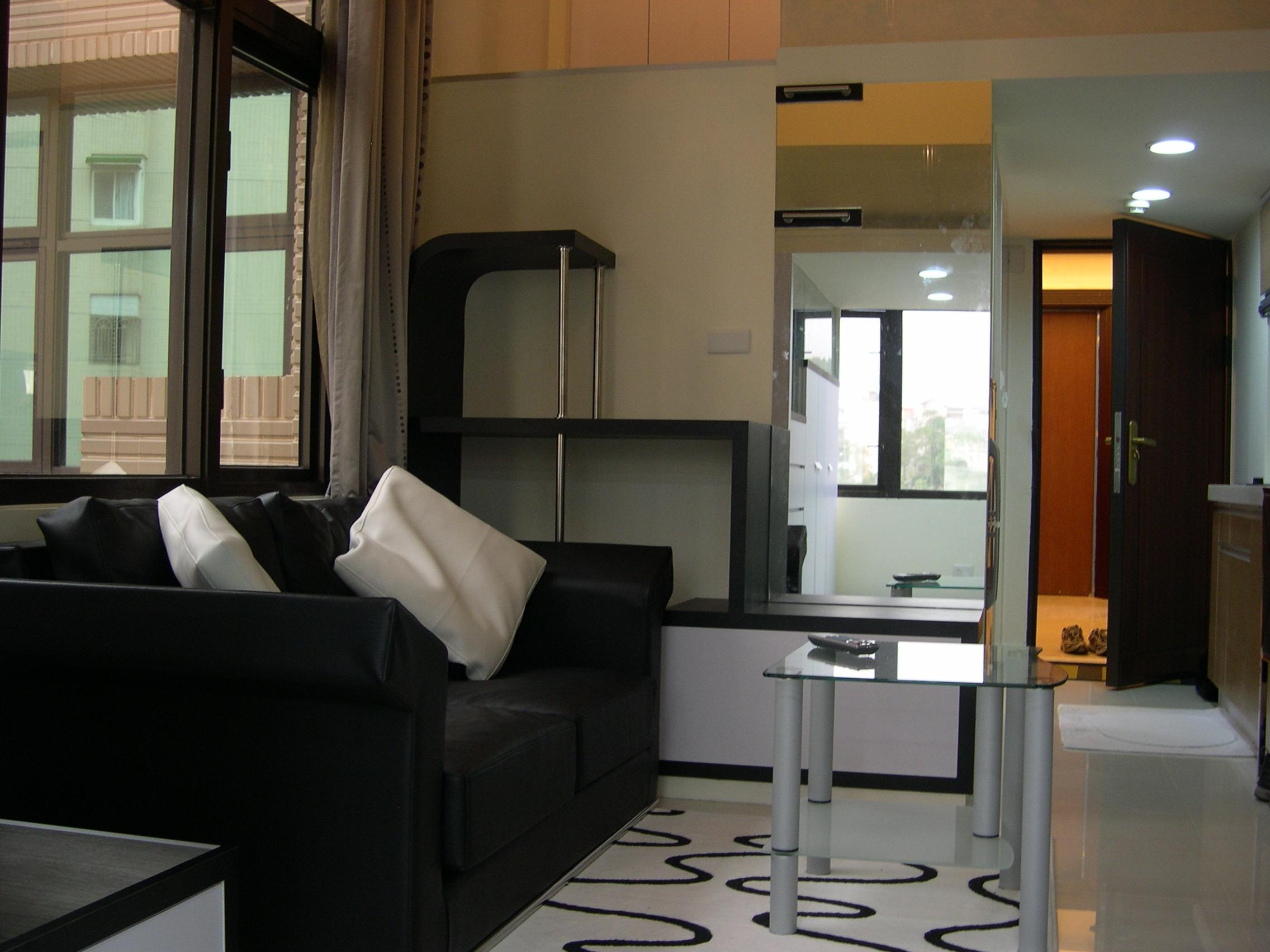 適時地利用鏡子窗造空間感— 在客廳