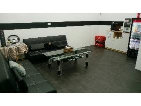 VIP室裡舒服的空間和來自瑞士的咖啡機