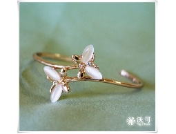優雅翩翩蝴蝶白貓眼石玫瑰金手環#025010D080010