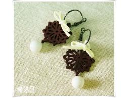 咖啡木雕花蝴蝶結白色彩石耳環#002007A020001