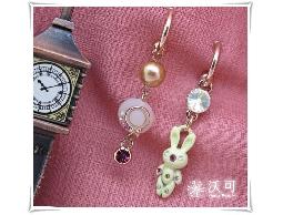 童心未泯水鑽小兔粉紅帽不對稱耳環#024010A100002