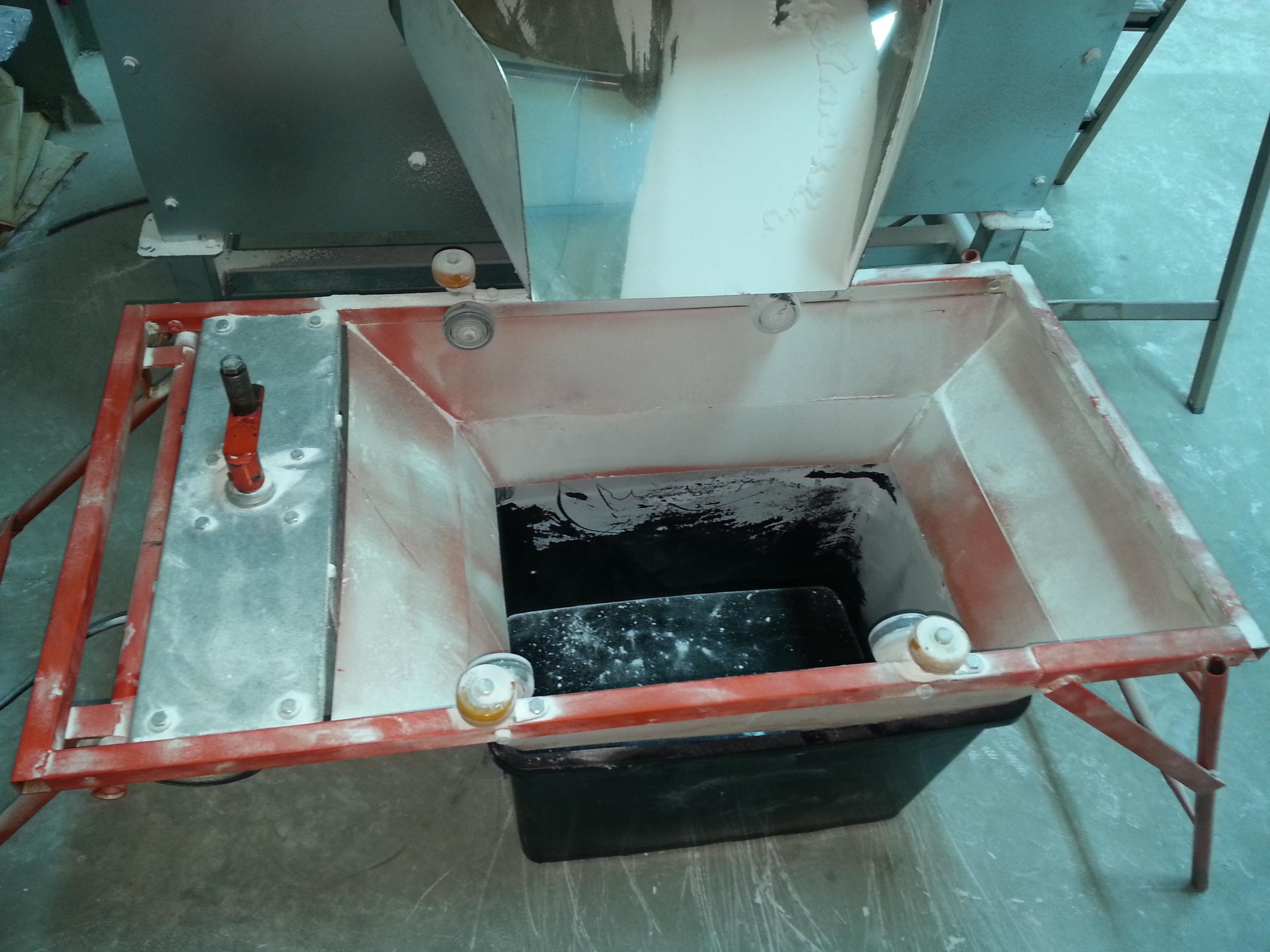 底部放置收集桶